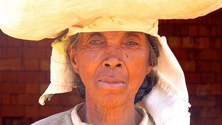 Vieille dame à Madagascar.