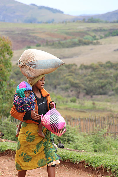 Jeune femme Malgache portant un sac et un bébé