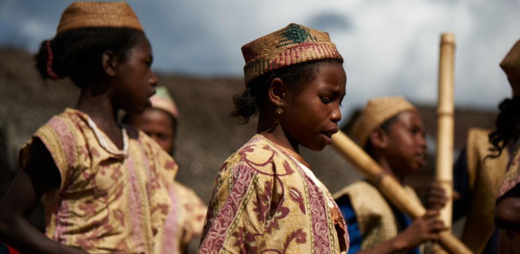 Jeunes filles malgaches en tenue traditionelle.