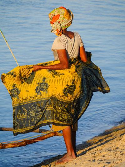 Femme malgache de dos sur une plage de Madagascar.