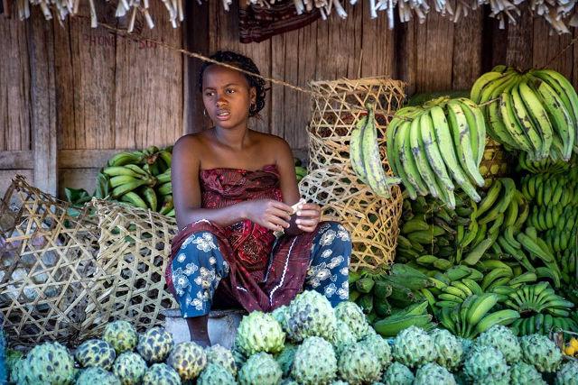 Vendeuse de fruits sur un marché à Madagascar.